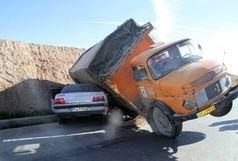 برخورد کامیون باری با خودروی سواری حادثه ساز شد