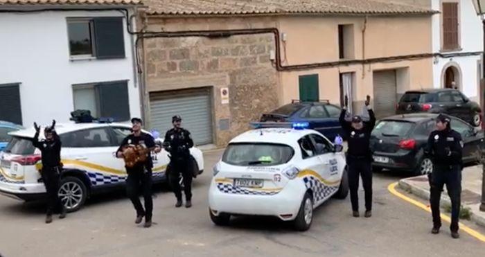پلیس های اسپانیا برای تقویت روحیه مردم در خیابان ها ساز می زنند