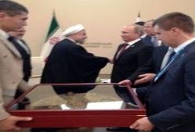 سپرسرباز شاه عباس هدیه پوتین به روحانی