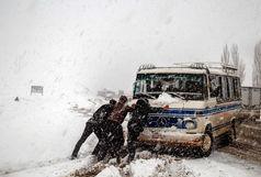 زنجان در برف و کولاک و مه/تردد در جاده ها با زنجیر چرخ امکان پذیر است