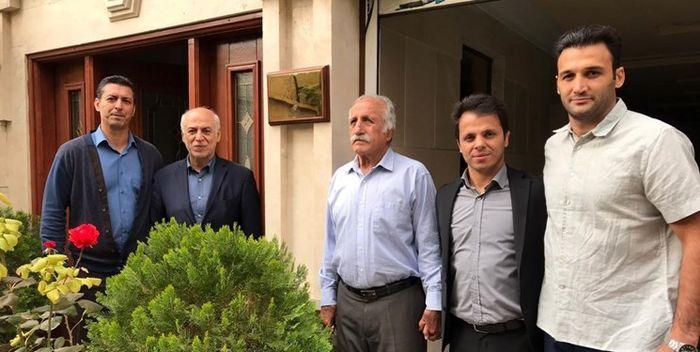 پلاک افتخار المپین سر در منزل منصور برزگر نصب شد