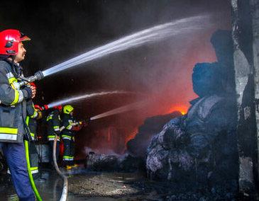 نجات محبوس شدگان در آتش سوزی مجتمع تجاری نظرمیانی