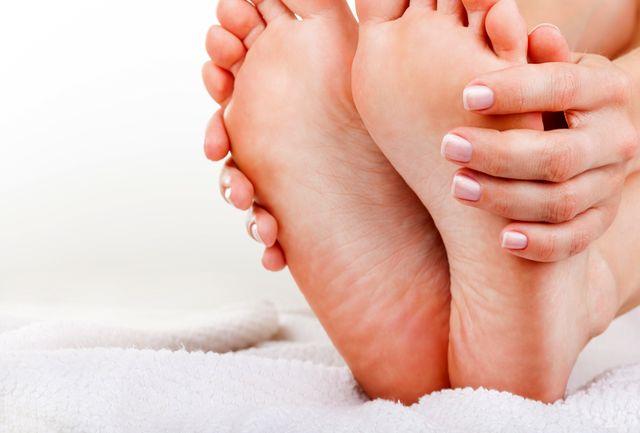 چرا دستها و پاهایمان به خواب میرود؟+دلایل