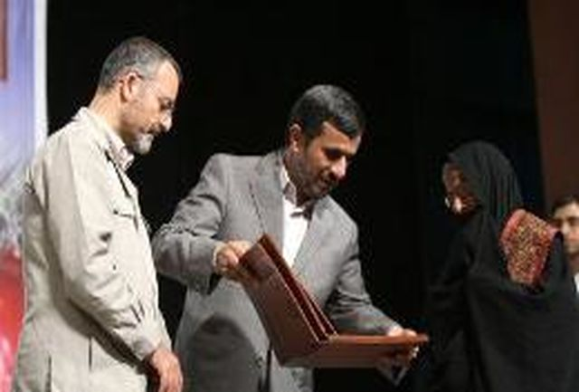 اهدای نشان ایثار به حاج بخشی و 6 خانواده شهید البرزی