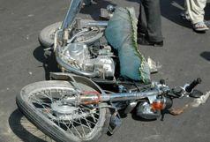 یک کشته و یک مجروح  در برخورد موتورسیکلت با کامیون