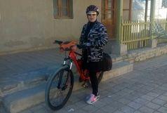 بازدید بانوی دوچرخه سوار کرجی از آثار تاریخی شهرستان میرجاوه