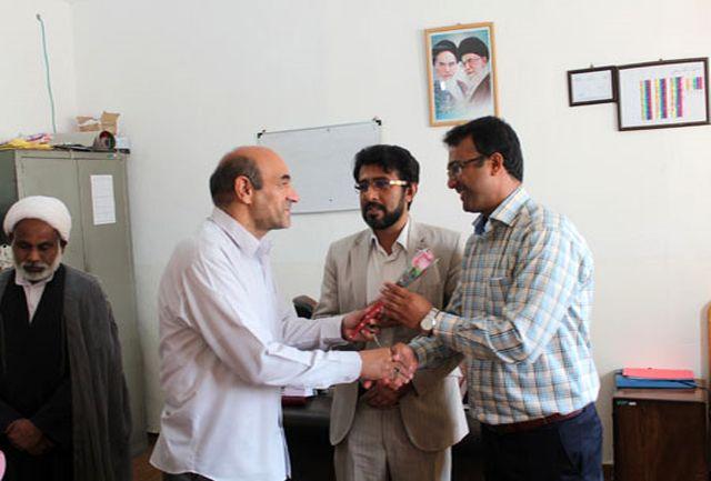 قدردانی اعضای شورای آموزش وپرورش ابوموسی از معلمان با اهدای گل