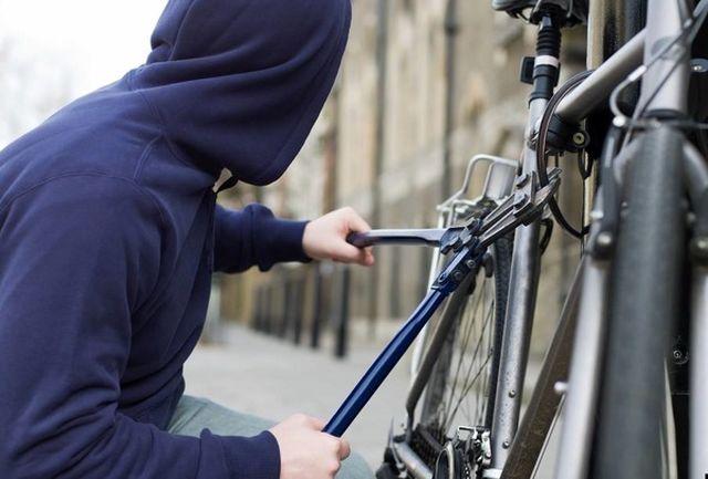 دزد دوچرخه ها سوار بر موتور دستگیر شد
