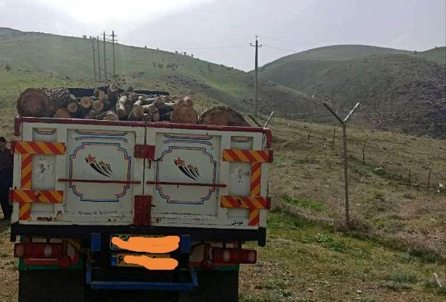 توقیف کامیون حامل چوب  قاچاق