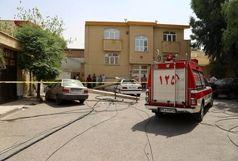 سقوط تیرهای برق بر روی ۲ خودرو در قم / محیط توسط عوامل آتشنشانی ایمنسازی شد