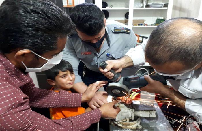 رها سازی انگشت دست پسر بچه ۴ ساله از مهر شافت بدنه موتور+ببینید