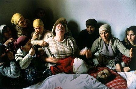 عکس تکاندهنده مراسم عزاداری برای کشته شده استقلال کوزوو