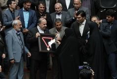 قهرمان جهان مدال خود را به دکتر امیریخراسانی اهدا کرد