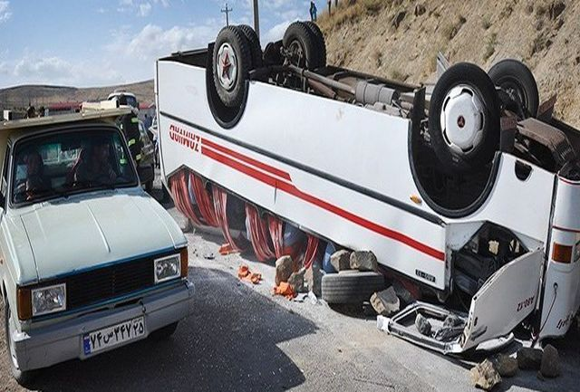 واژگونی یک دستگاه اتوبوس بر اثر لغزندگی