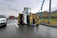 واژگونی یک کامیونت در بزرگراه بسیج