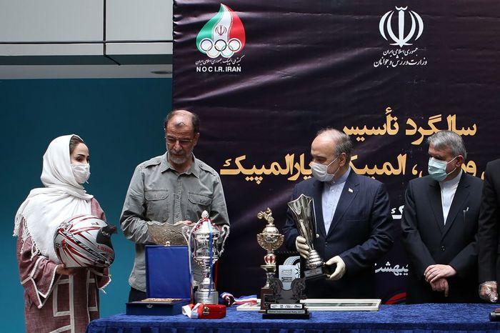 اولین کلاه ایمنی و لباسم در مسابقات رالی خاورمیانه را به موزه ورزش ایران اهدا کردم