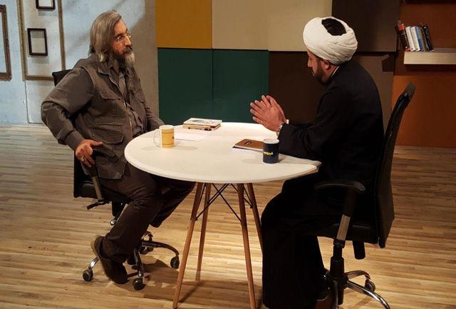 تصویرسازی از انقلاب در فیلمها در حد نمایش عکس امام و رهبری بر دیوار کلانتریهاست!