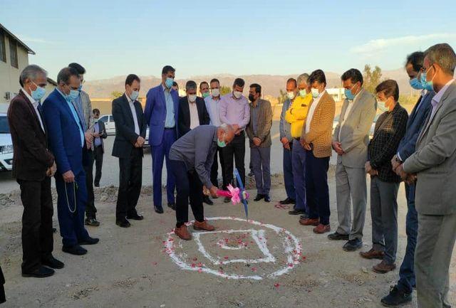 کلنگ احداث زمین چمن مصنوعی در شهرستان جیرفت به زمین زده شد