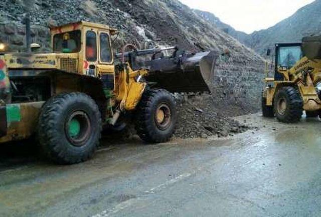 ریزش کوه در چهار نقطه باعث اختلال در تردد در جاده یاسوج - شیراز شد
