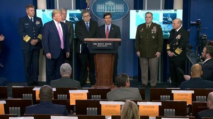 وزیر دفاع آمریکا روبروی ترامپ ایستاد