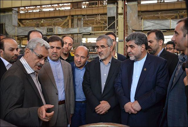 وزیر راه و هیات همراه از کارخانه لکوموتیو سازی بازدید کردند.
