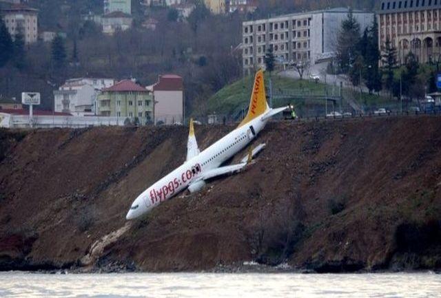 هواپیما بوئینک 737 در باند فرودگاه دچار حادثه شد / ببینید