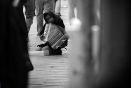 اقتصاد نابسامان زندگی دختران بدسرپرست را میسوزاند/ اوضاع کودکان بد سرپرست وخیمتر از یکسال گذشته
