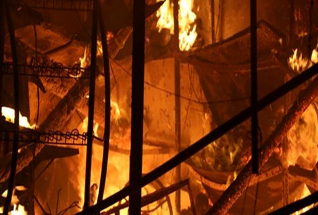 آتش سوزی گسترده در پیربازار رشت /تلاش 28 آتش نشان برای مهار آتش