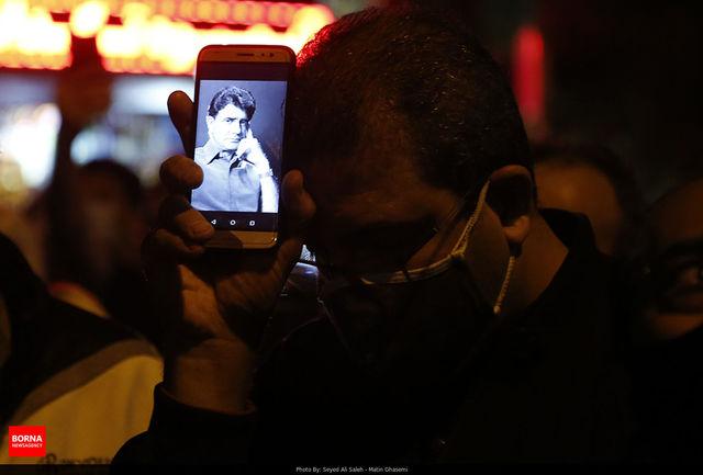تصاویری از حضور طرفداران محمدرضا شجریان در مقابل بیمارستان جم / ببینید
