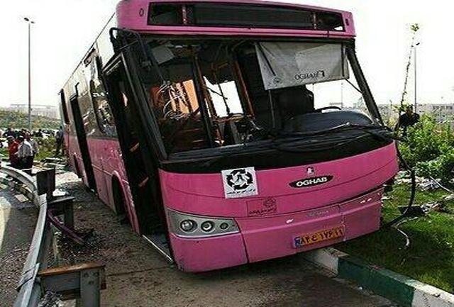 خروج یک دستگاه اتوبوس از جاده، 12 مجروح برجای گذاشت