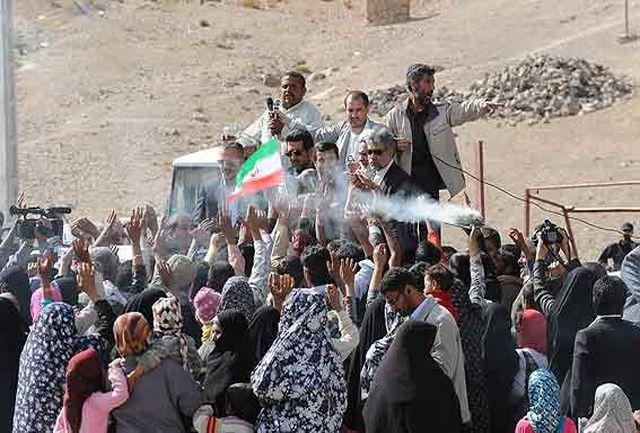عکس؛ مردی از جنس مردم؛احمدی نژاد در جمع اهالی صمیمی روستا