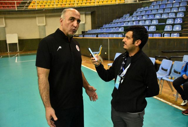 بازیکنان تیم والیبال دورنای ارومیه در حد توان خود توپ میزنند