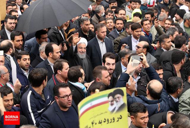 روحانی به جمع راهپیمایان 22 بهمن پیوست