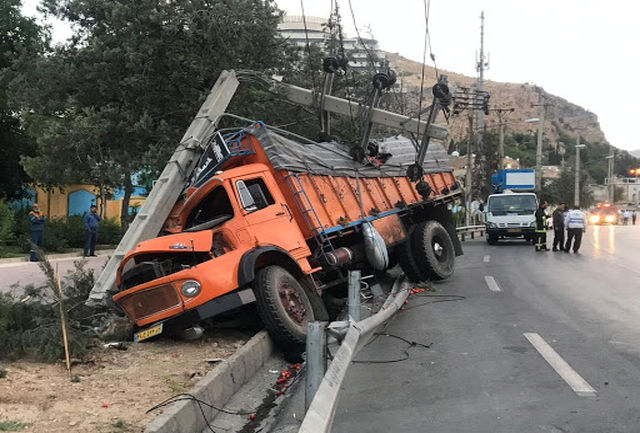 جان باختن راننده کامیون بر اثر واژگونی