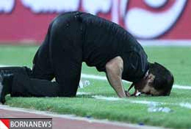عکس: سجده حمید استیلی کنار زمین فوتبال بعد از برد پرسپولیس