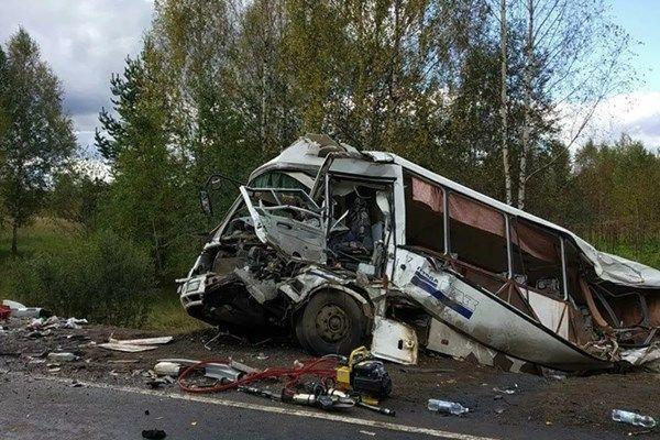 ۹ کشته و ۲۸ زخمی در  برخورد مرگبار یک اتوبوس و کامیون