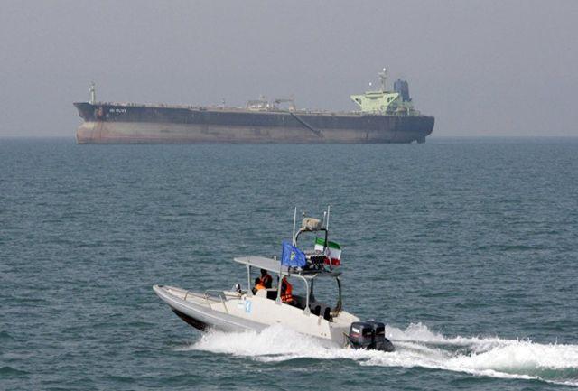 حضور پنج قایق ایرانی کنار نفتکش انگلیسی در تنگه هرمز