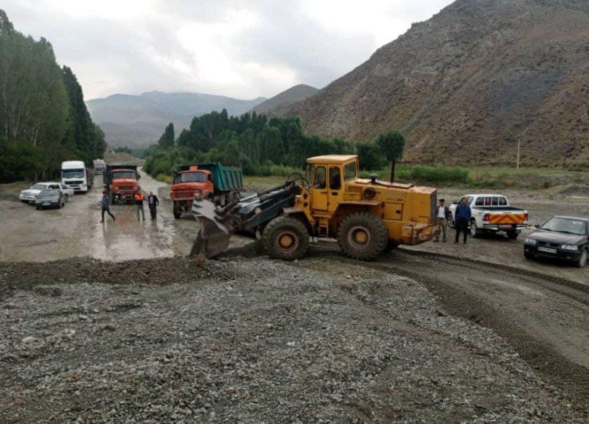 امداد رسانی و رسوب برداری فوری محورهای درگیر سیل استان آذربایجانغربی توسط راهداران
