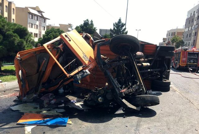 واژگونی وحشتناک دو کامیون در خیابان شهید باقری تهران+ عکس