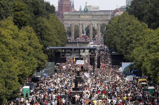 هزاران نفر به علت محدودیت هاى کرونایى اعتراض کردند