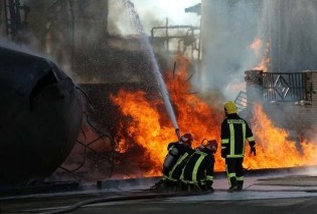 آتش در کارخانه تولید چسب و فوم شهرک صنعتی مهار شد