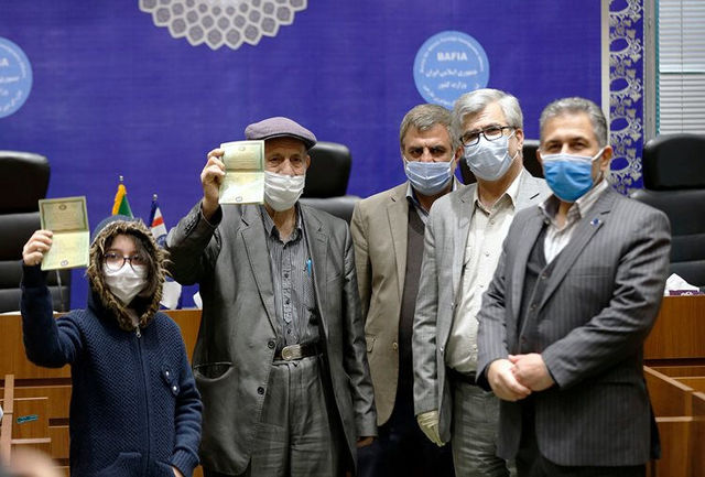 نخستین شناسنامه صادرشده به فرزندان مادر ایرانی تحویل داده شد